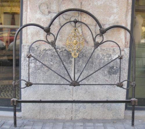 De hierro y bronce. Trilobulados  con motivo central en bronce dorado.