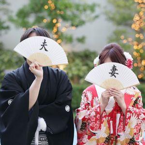和装の《前撮り/フォトウェディング》でよく使われる定番の撮影アイテムと言えば、  「和傘」 ですよね!しかし、どのように使えば、おしゃれで魅力的なショットを撮影できるのか、よく分からないプレ花嫁さんも多いはず...。そこで、今回は、  「和傘」 の上手な使い方をおさらいしてみましょう♡   ページ2
