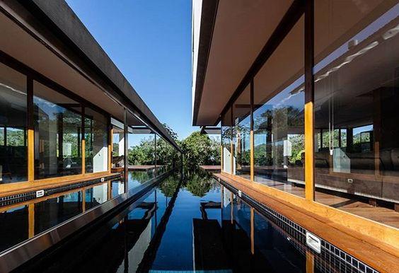 Casa em Florianópolis, SC. Projeto do escritório MarchettiBonetti+ Arquitetos Associados #arquitetura #arte #art #artlover #design #architecturelover #instagood #instacool #instadesign #instadaily #projetocompartilhar #shareproject #davidguerra #arquiteturadavidguerra #arquiteturaedesign #instabestu #decor #architect #criative #photo #decoracion #glass #landscape #vidro #paisagem #marchettibonetti #florianopolis