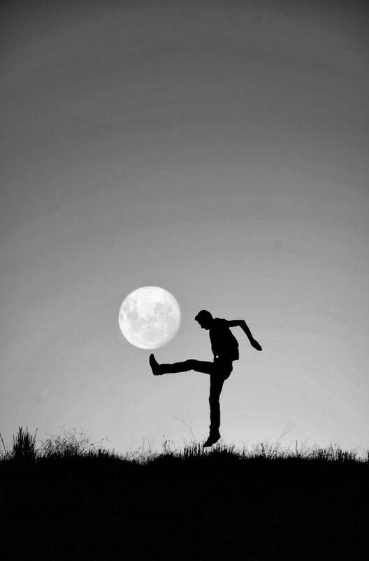 ¿Por qué patear al mundo si es más fácil patear a la luna? ¿No?: