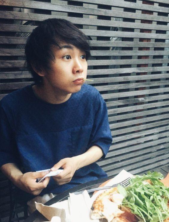 食べ物を頬張る須賀健太