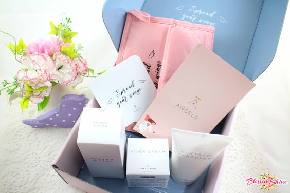 Isi dari Althea Angels welcome box - Hand mirror, beauty pouch, dan 1 set rangkaian perawatan eksklusif Althea - Bare Essentials