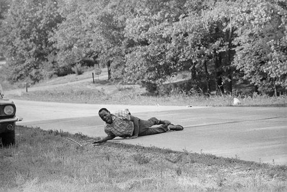 1966  James Meredith, un attivista per i diritti dei neri, il primo studente nero dell'università del Mississippi, iniziò nel 1966 una marcia dal Tennessee al Minnesota per convincere i neri a iscriversi alle liste elettorali. Il secondo giorno un uomo bianco gli sparò, federndolo gravemente. Meredith fu ricoverato in ospedale e altri presero a marciare al suo posto: fino a 15.000 persone.  (AP Photo/Jack Thornell)