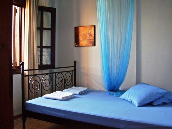 romantisches Schlafzimmer-blaue Bettdecke-farbige Gardine