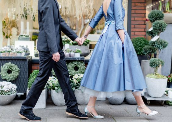 50er Jahre tea-length Brautkleid in blau mit hellblauer Schleife ...
