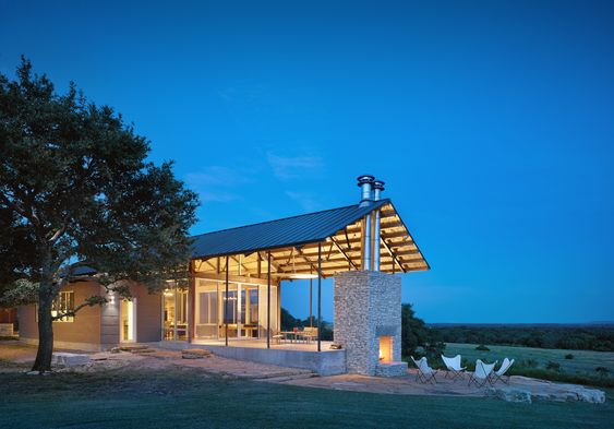 Drawing on distant views from a bluff top, this 3,200-square-foot addition to an…