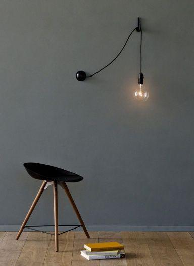 """Für Deckenleuchten sind Einbaudimmer geeignet, die den Lichtschalter erstetzen; bei flexiblen Leuchten mit Stecker emfpiehlt sich dagegen ein Kabel- oder Steckdosendimmer, der einfach zwischen Stecker und Stromquelle geschaltet wird (ca. 10 Euro, z. B. über www.ikea.de und www.amazon.de). Zum Dimmen genau richtig: die Wandleuchte """"Hook Lamp"""" vom britischen Design-Büro Areti, die mit passendem Wandhaken geliefert wird.   www.atelierareti.com, www.lys-vintage.com"""