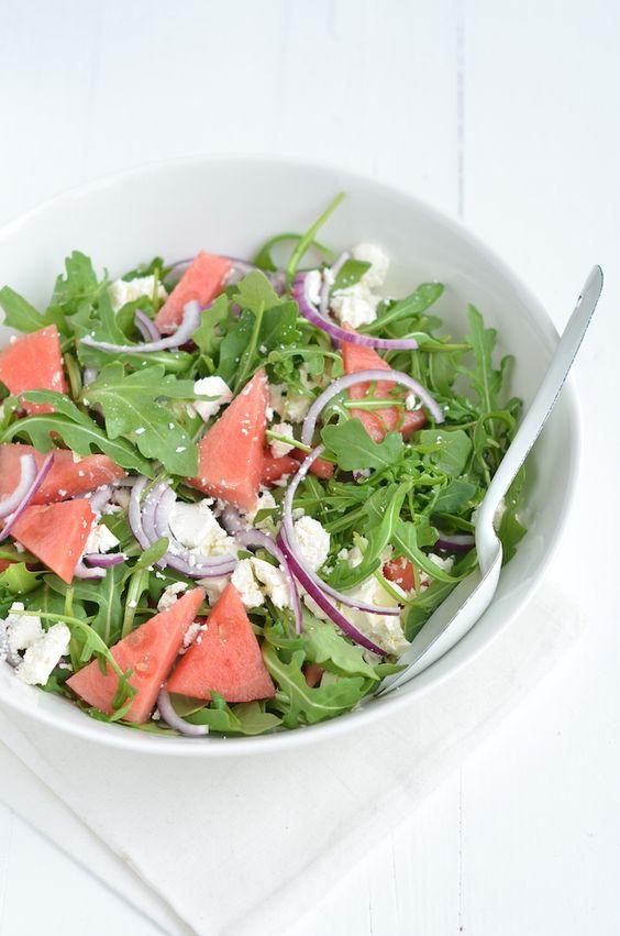 Deze watermeloen feta salade is heerlijk zomers en het ideale bijgerecht voor een barbecue..