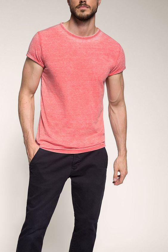 Grösseninfo: - Transparenz: blickdicht- Länge Rückenmitte ca. 72 cm in Gr. L (kann je Gr. leicht variieren) Material / Pflege: - weicher Jersey- bunter Web-Besatz im Nacken- starker Washed-Effekt- Materialstärke: normal- Dehnbarkeit: elastisch Details: - Rundhals-Ausschnitt mit Leiste Zusatz-Info: - Die spezielle Färbung verändert sich mit der Zeit  je öfter das T-Shirt getragen wird desto mehr...