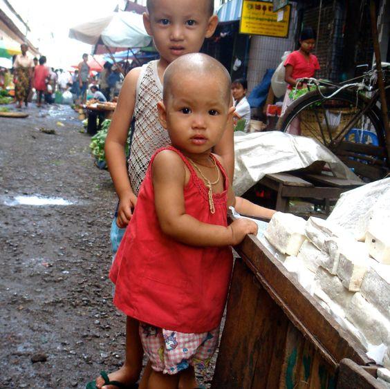 Enfants birmans, devant un étalage de tofu