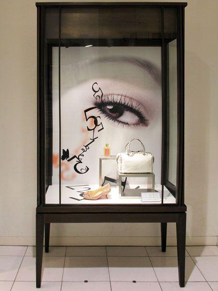 make me-up display case, pinned by Ton van der Veer