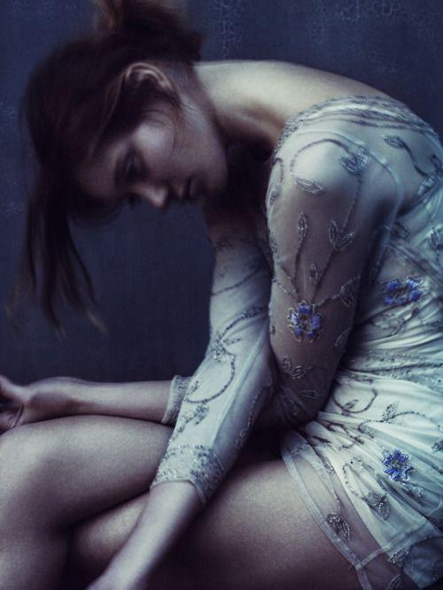 pose, känsla - Paolo Roversi, Vogue Italia April 2010   fashion editorial   sadness   solitude   alone   crying   depression   pondering