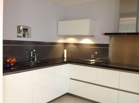 Moderne greeploze witte keuken met veel laden en een enkele ...