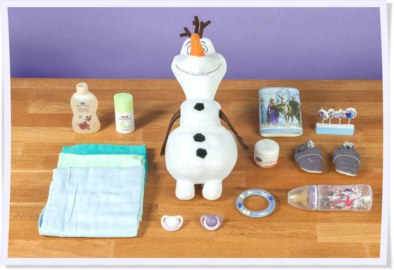 Plüsch-Olaf, Eiskönigin-Girlande, Babyflaschen, Spucktücher und Pflegeprodukte: Aus diesen Einezlteilen wird in einer Stunde eine fantastische Windeltorte im Eiskönigin-Gewand. Viel Spaß beim Nachbasteln!