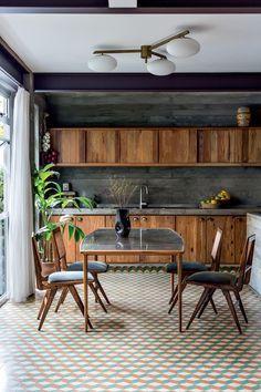 Decoração de cozinhas com madeira: 12 ambientes aconchegantes