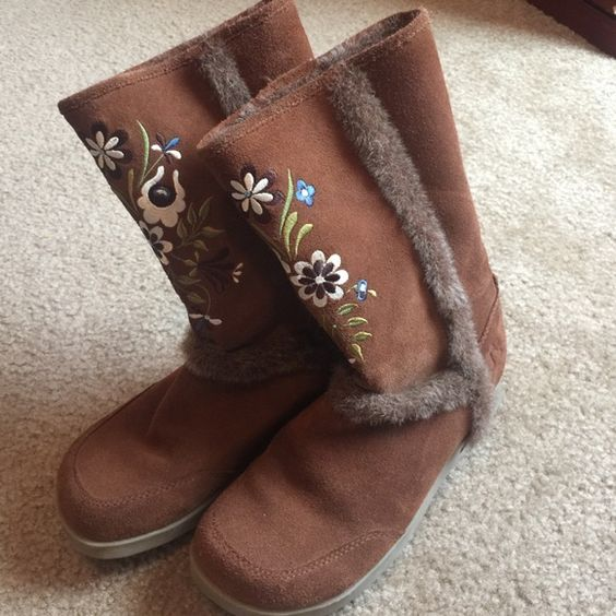 Report suede floral faux fur lined boots. Size 6.5 Very warm in EUC Report brown suede boots with floral embroidery and faux fur lined. Size 6.5 no issues Report Shoes Winter & Rain Boots