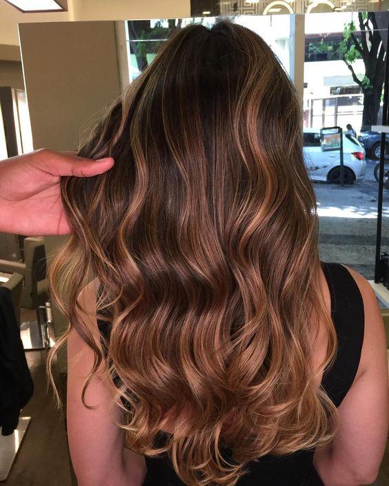 cabelos com luzes mel longo