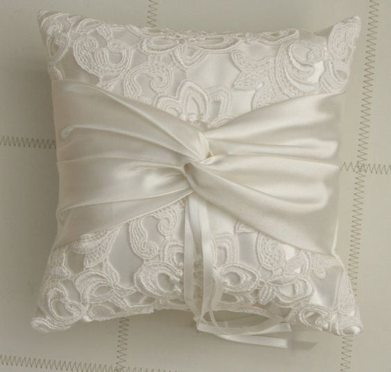 ring cushion with twisted ribbon