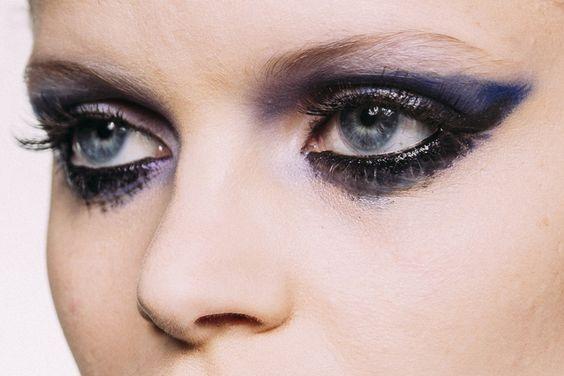 Let it bleed: um passo a passo para borrar o olho (de propósito), por Fabiana Gomes - Vogue | Beleza