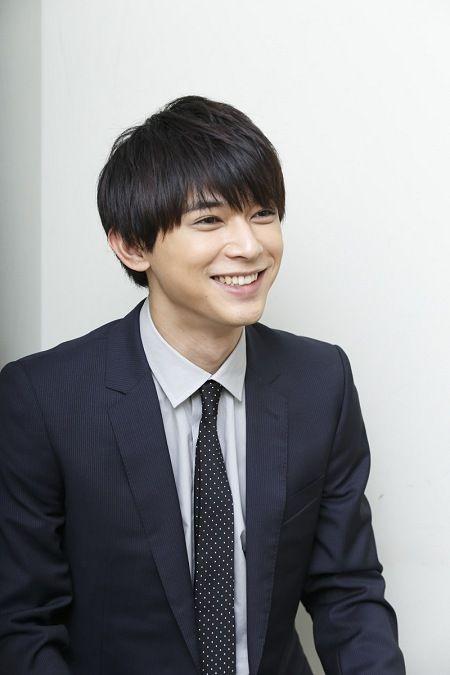 スーツ姿で優しい笑みを浮かべる吉沢亮の高画質画像