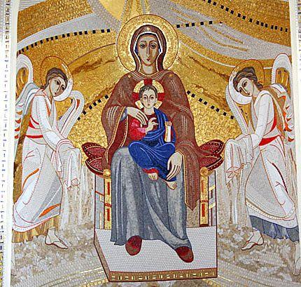 La partie centrale : La Mère de Dieu sur le trône avec Jésus et deux anges sur les côtés - Église orthodoxe de la Transfiguration - Cluj - Roumanie - Juin 2006 - Artiste, il a terminé en 1999, avec l'atelier d'art du Centre Aletti, la rénovation des mosaïques de la chapelle Redemptoris Mater que le pape Jean-Paul II lui avait confiée. Ses mosaïques allient avec succès tradition et modernité, redonnant à l'art moderne ses lettres de noblesse au service de la liturgie.