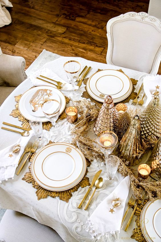 Here are 35 gold Christmas decorations and gold holiday decor - Elegant Gold Christmas Table Scape