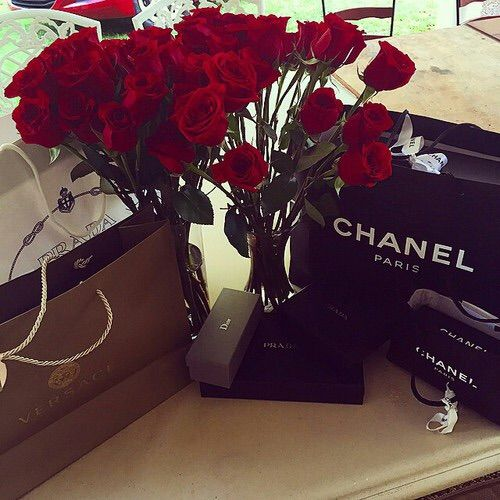 Imagem via We Heart It https://weheartit.com/entry/157645250 #accessory #bags #chanel #girly #luxury #red #roses #shopping