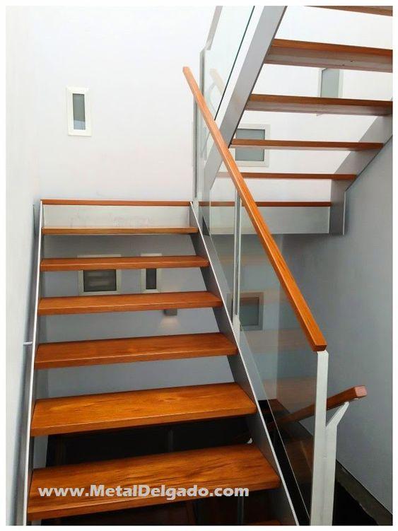 Escalera met lica con pelda os de madera y baranda de - Peldanos escalera madera ...