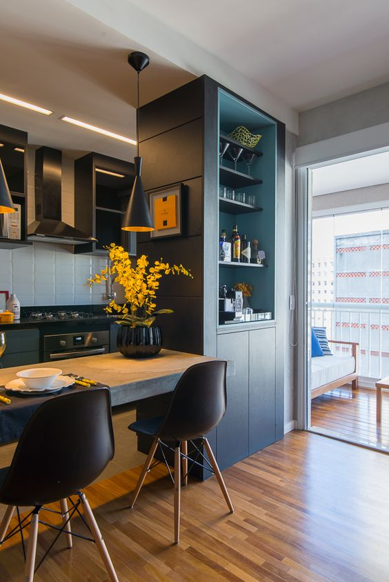 Cozinha aberta com móvel fazendo a separação