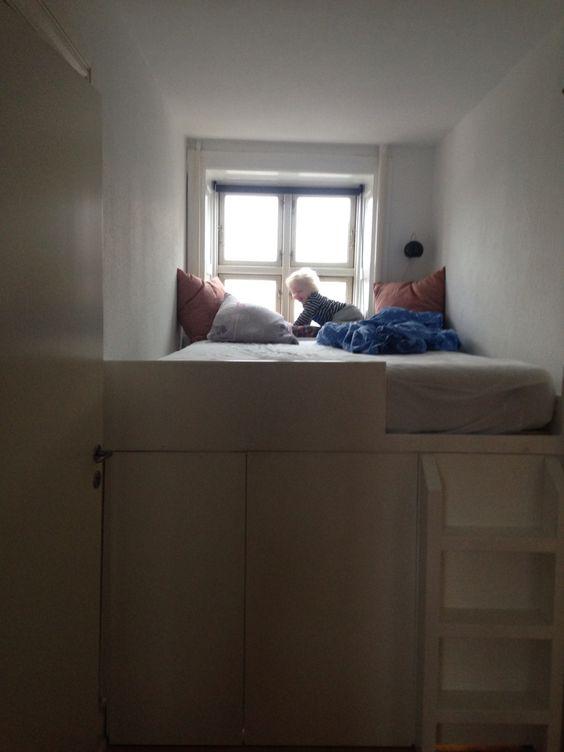 Min nye seng med hipsterudsigt og masser af opbevaring under ...