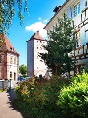 """Selestat, Der Hexenturm beim Place Delattre de Tassigny - das Tor  """"La Tour Neuve""""   Der Turm hat seinen Namen aus der Zeit des 17. Jahrhunderts, hier wurden wirklich die Hexen eingesperrt, die Tage später verbrandt wurden - im Namen des römisch-katholischen Glaubens. Der Hexenturm war auch Teil der Befestigung der Stadt, der Stadtmauer, die vom Festungsbaumeister Ludwig des XiV. Sebastian Vauban, gleichsam Architekt von Saarlouis und Neuf Brisach gebaut wurde."""