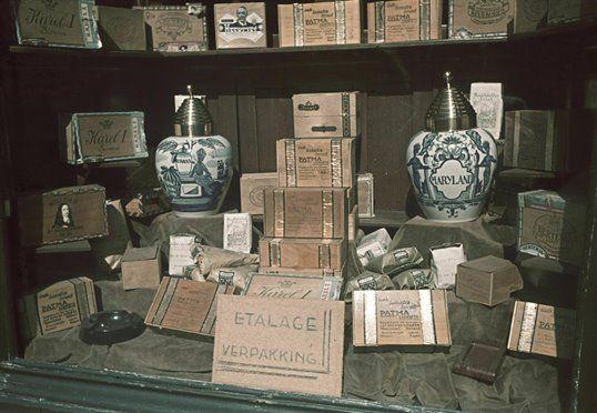 Afbeelding van de uitstalling in de etalage van de winkel van de tabak- en sigarenfabriek B.C. van Straelen (De stad Amsterdam, Neude 1) te Utrecht.1942