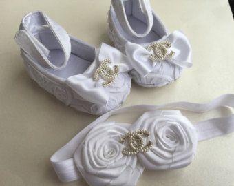 Bebé niña de encaje zapatos de cuna y por TheBabyBellaBoutique