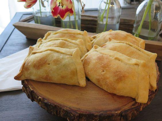 """Famosa na Espanha, e em quase todos os países da América Latina, a empanada típica tem a forma de uma meia-lua. No Chile, a mais popular é a """"empanada de pino"""", recheada com uma mistura de carne de vaca moída e guisada, azeitonas, passas de uva e ovo cozido partido em pedaços."""