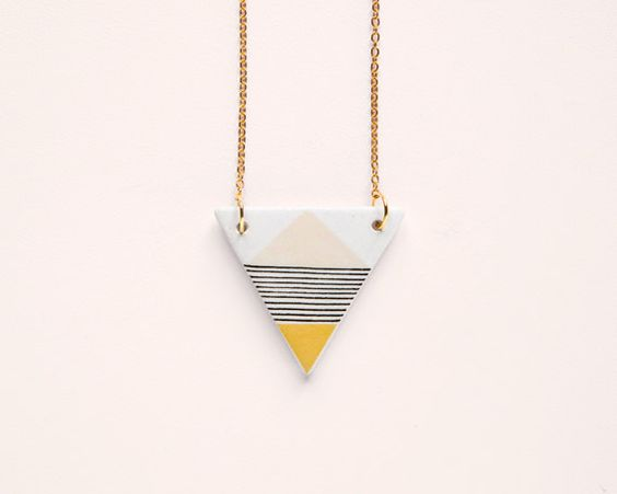 Love the lines on this ceramic necklace by depeapa (via papernstitch)