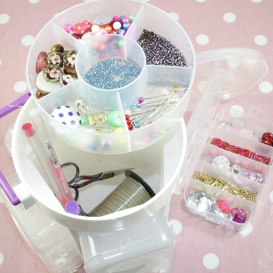 An amazing storage caddy for the serious crafter. This little bundle has 5 detachable organisers on the outside to store beads, diamante, gems!