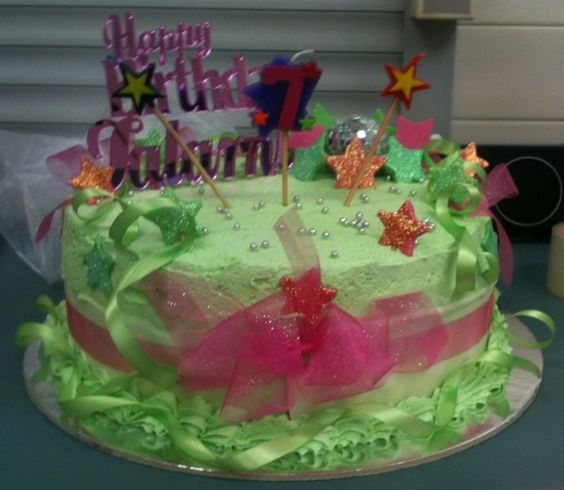 Talarni's birthday cake is such a gorgeous green! All wrapped up in a ribbon!