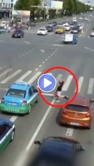 Cego atravessando a rua demorou muito para alguém ajudar.