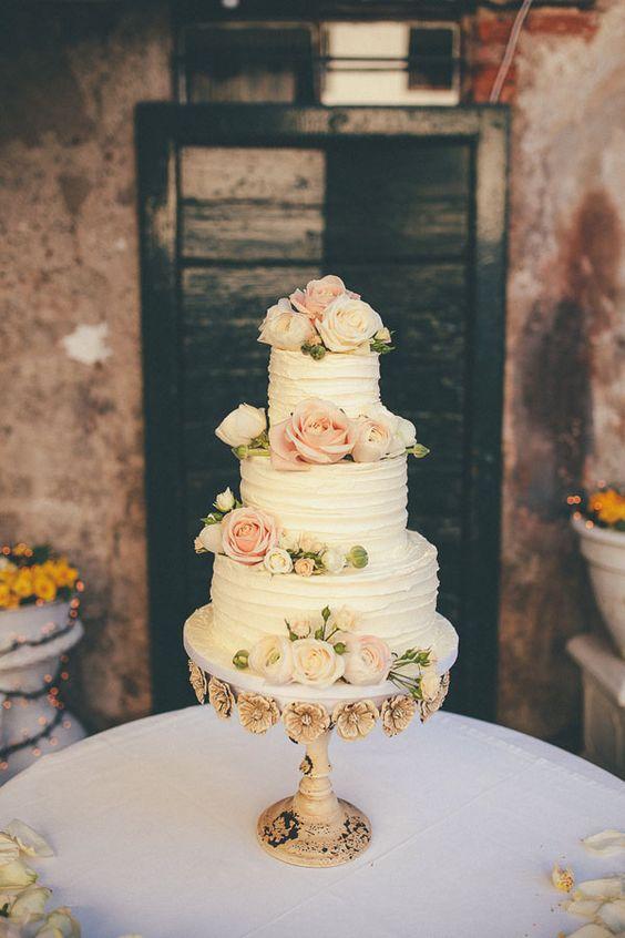 white cake topped with fresh roses http://weddingwonderland.it/2015/05/matrimonio-rocknroll-pastello.html