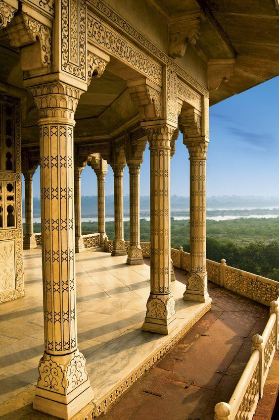 El Fuerte Rojo de Agra  Dominando el río Yamuna, esta fortaleza, compuesta por un gran número de palacios, fue erigida por Akbar entre 1565 y 1573 en piedra arenisca roja, a la que debe su nombre.