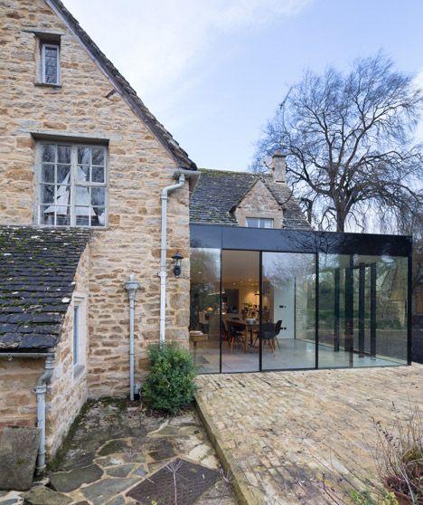 une maison de campagne en pierre avec extension véranda en verre / verrière