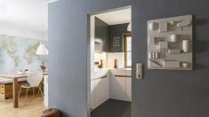 Küchenfronten und Boden aus den bei der Renovierung geborgenen Brettern. Arbeitsplatte aus Mineralwerkstoff 10 mm. ❤️Stil-Fabrik❤️