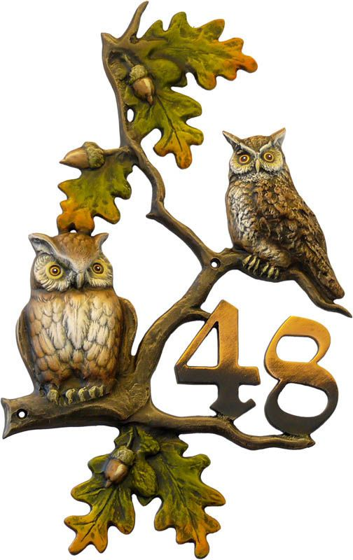 Hausnummer Eulen aus Kunstguss . Hausnummer Eulen aus Kunstguss Ein ausdrucksstarkes Motiv mit traditionellen Elementen und eindrucksvollen Farben macht dieses