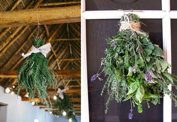 Décorer avec des plantes aromatiques. En bouquet suspendu, pour une décoration campagnarde.