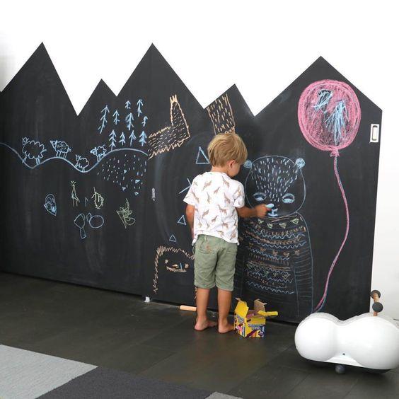 Idee colori stanza bambini - parete effetto lavagna, disegno montagna, per stimolare al massimo la creatività