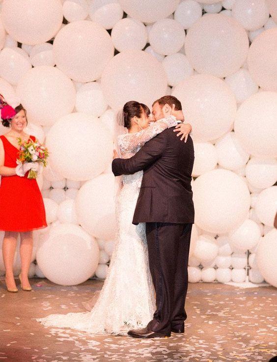 ¡No olvides los globos en la foto de los novios! Un fondo de globos blancos de distintos tamaños. The Book Bindery en Culver City, CA. 32 Propuestas de Decoración de Bodas con Globos. Foto: greenweddingshoes.com