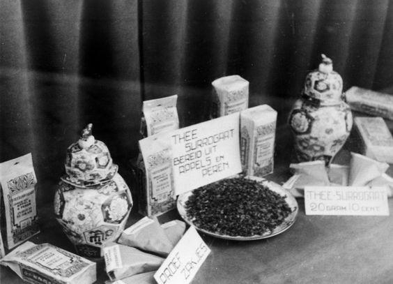 Afbeelding van de etalage uitstalling van surrogaat thee in de winkel Steenweg 58 te Utrecht.1941