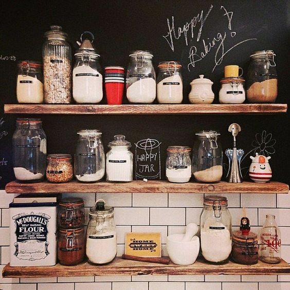 les bocaux en verre pour la cuisine moderne avec murs noirs