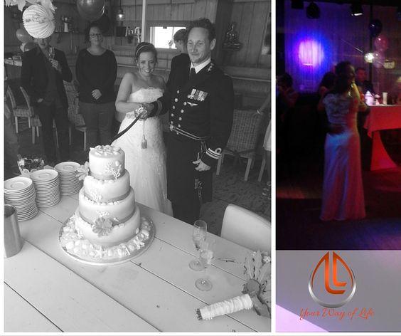 """Joyce Hazeveld stuurde ons een mail met foto's op sluitjeaan@gmail.com Wij zijn trots op de toestemming deze te mogen plaatsen. 'Het aansnijden van de taart, onze openingsdans op het feest en een Selfie in de auto (nog als """"vrijgezel"""") onderweg naar de trouwceremonie! Dankbaar voor onze onvergetelijke trouwdag vorige week' aldus Joyce. #womenoftoday"""