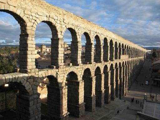 Vi el acueducto de Segovia con las ruinas Romanas. Las ruinas eran muy largas en la cuidad.